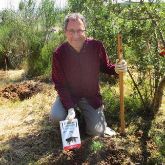 Tomas Mata planta un roble